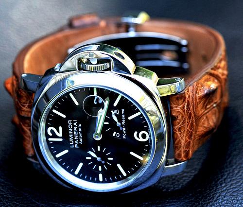 Jotan erilaista, mutta silti klassista kellotyyliä, etsivän kannataa suunnata katse aluperin italialaisen Panerain suuntaan. Valmistajan muotoilu on helposti tunnistettavaa ja kellot ovat usein kooltaan tavanomaista suurempia.