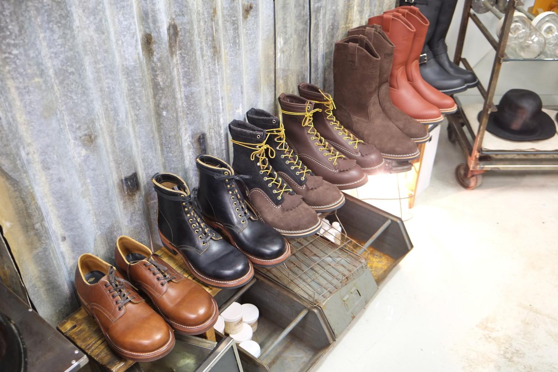 Etualalla japanilaista Clinchiä, taaempana parit Wescon Jobmasterit, Morrison-mallin cowboybuutsit ja Boss-insinööribuutsit.