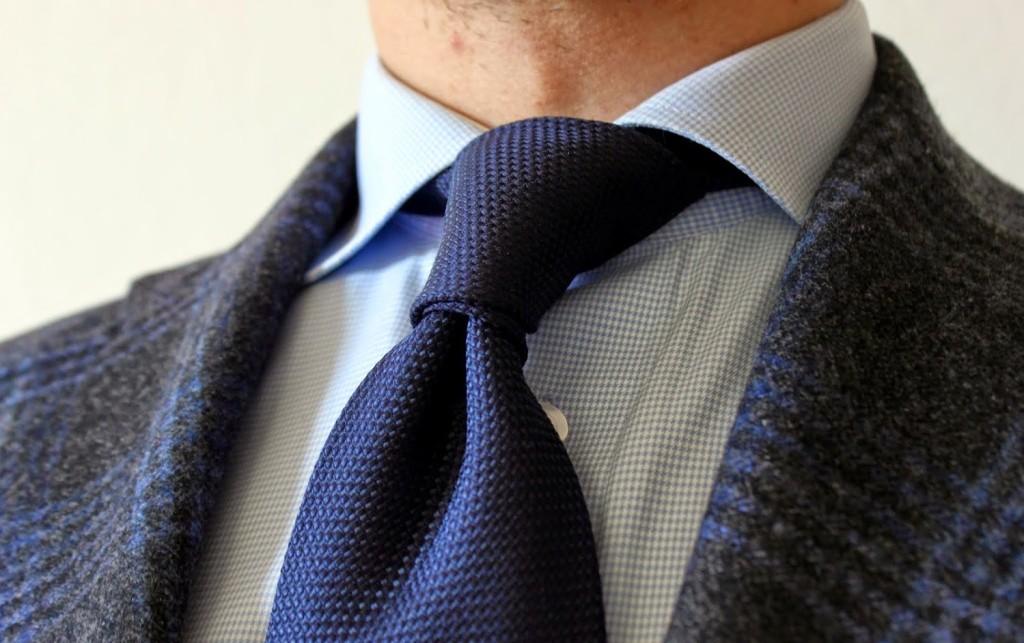 kravatin solmiminen - sininen grenadiinisolmio
