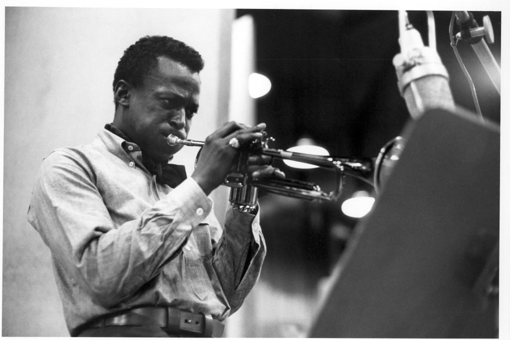 Miles Davis tuuttaa menemään nappikauluspaidassaan