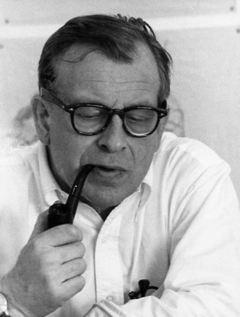 Eero Saarinen - Kauluspaita napeilla ja silmälasit tuplana