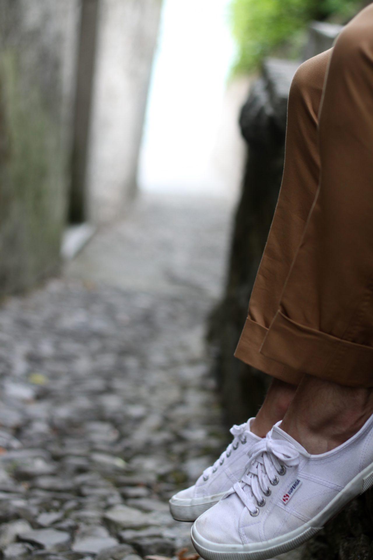 Puvun housut ja tennarit