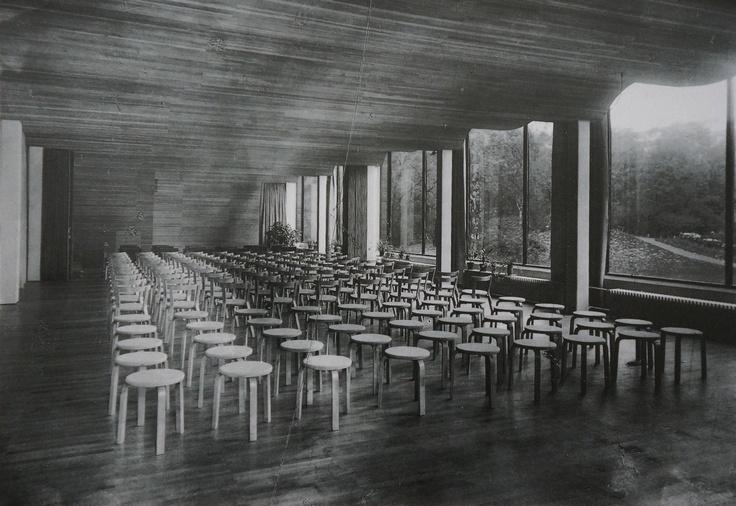 Viipurin kirjaston luentosali oli täytetty Artekin jakkaroilla.