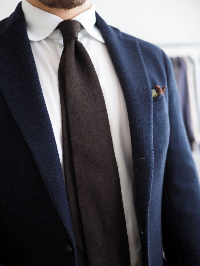 Bisnespuku rennommaksi - shantung-silkki on hyvä vaihtoehto solmion materiaaliksi kasuaalimpiin kokonaisuuksiin.
