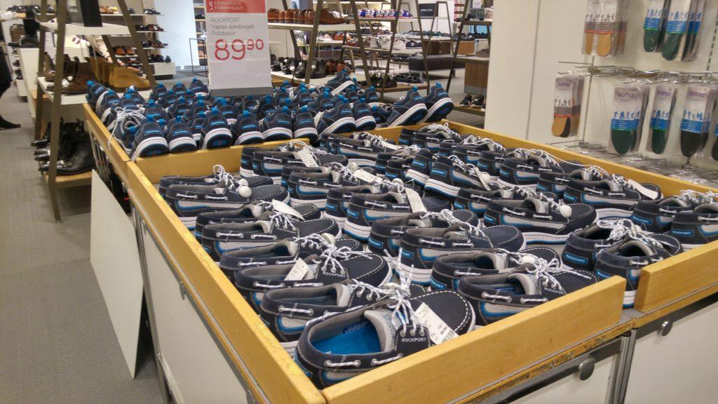 Kymmenittäin rumia kenkiä.
